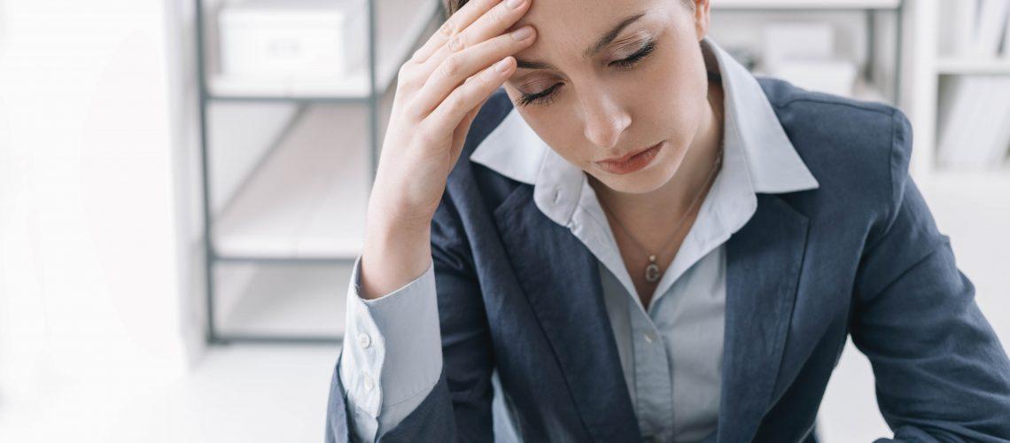 współuzależniona kobieta zmęczona sytuacją w domu